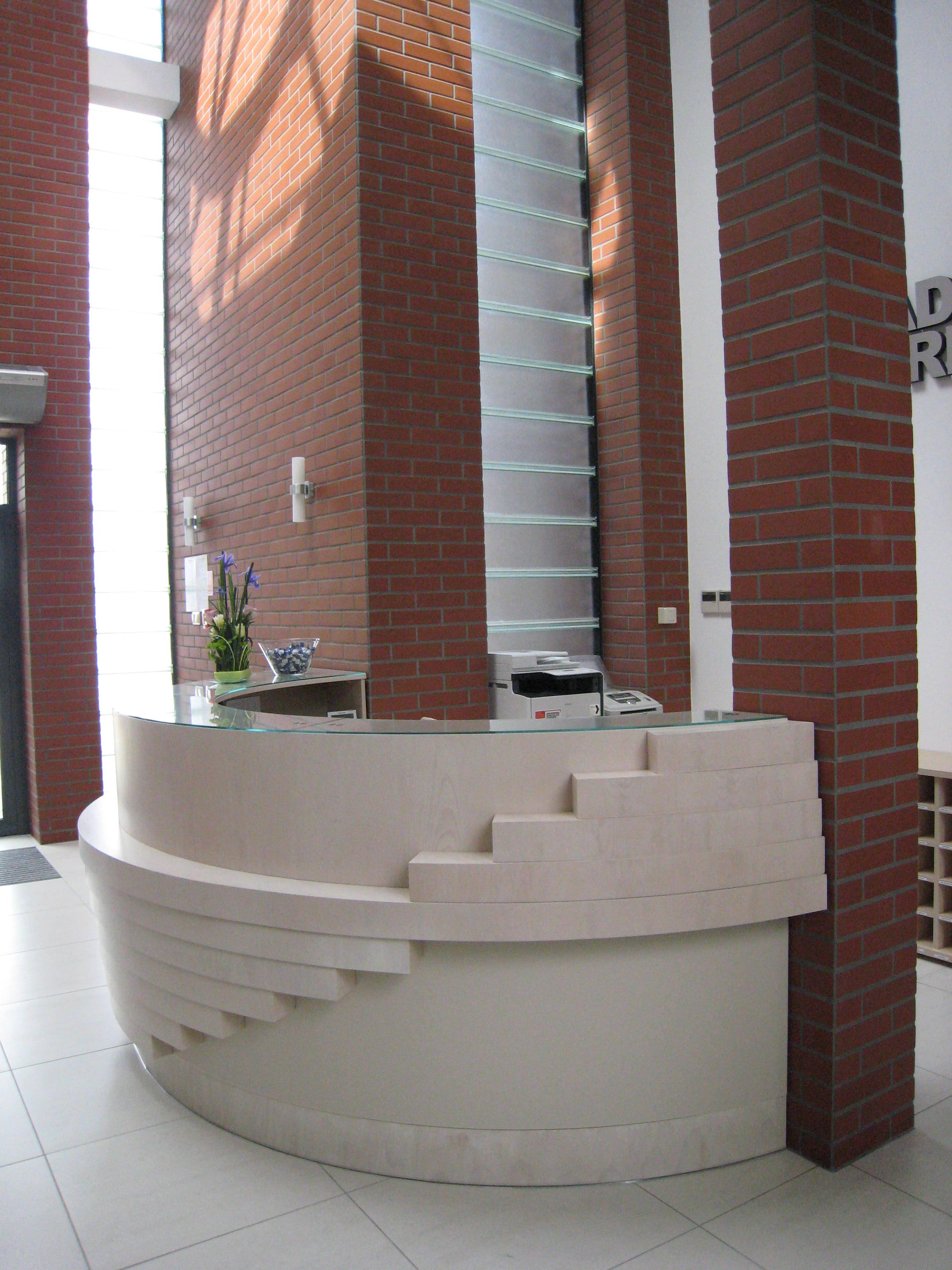 Budynek biurowy z częścią magazynową Kadefarm Tarnowo Podgórne Recepcja Korytarz