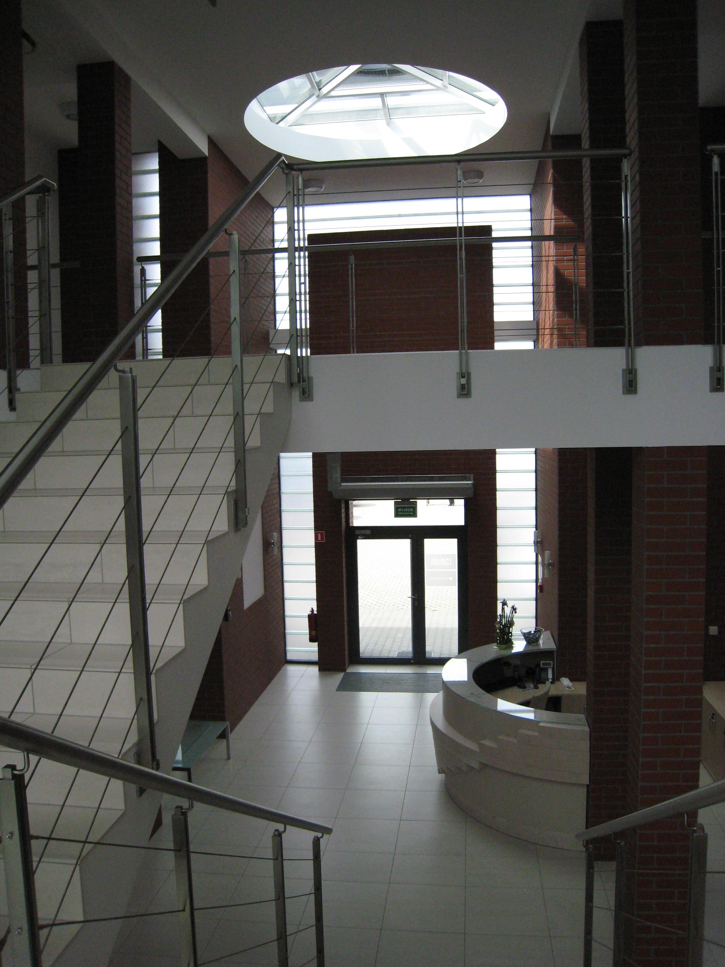 Budynek biurowy z częścią magazynową Kadefarm Tarnowo Podgórne Recepcja Korytarz Hol Schody