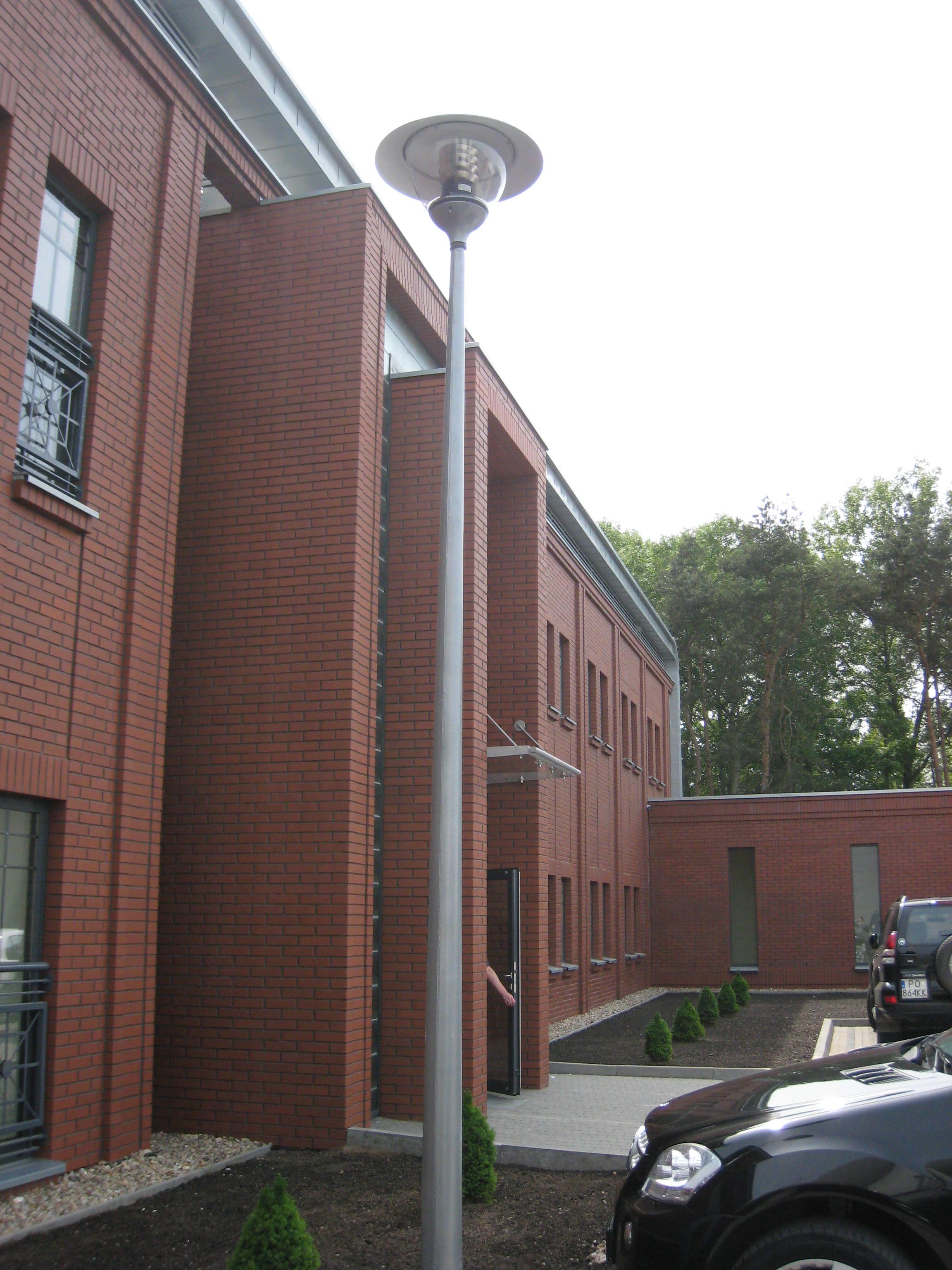 Budynek biurowy z częścią magazynową Kadefarm Tarnowo Podgórne Wejście do budynku