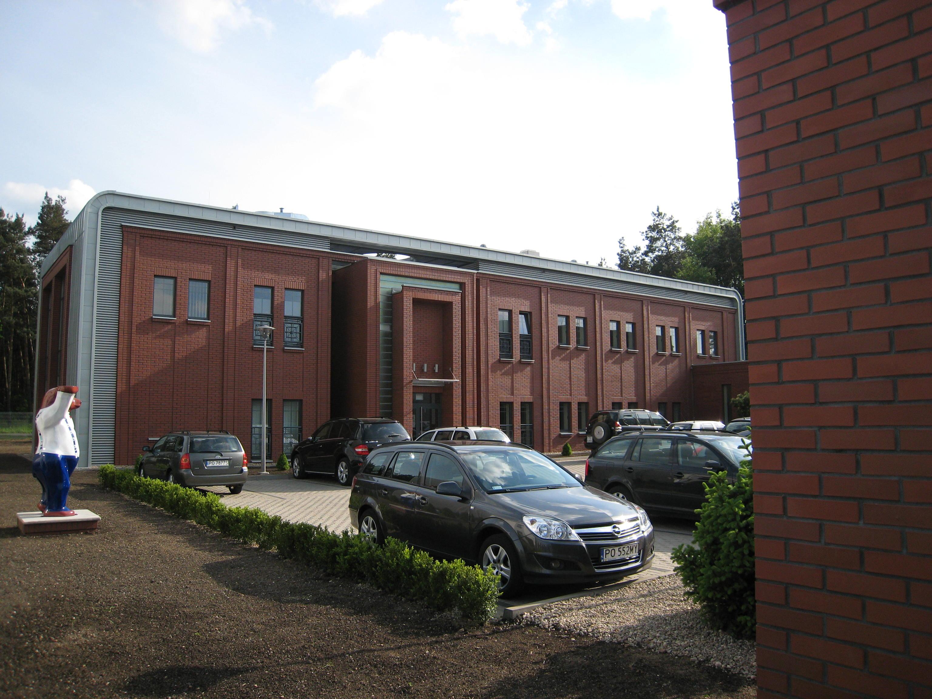 Budynek biurowy z częścią magazynową Kadefarm Tarnowo Podgórne Parking