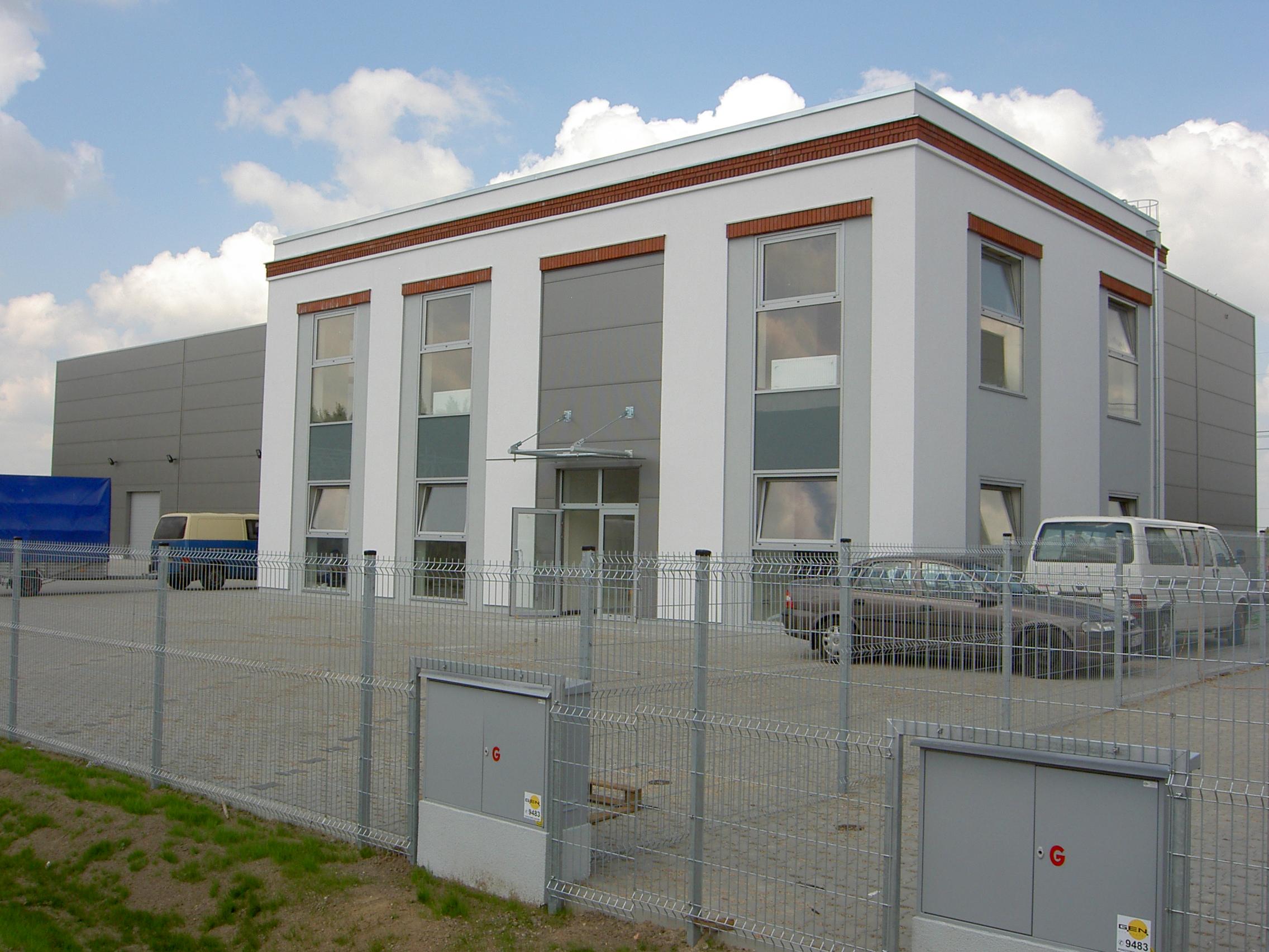 Park przemysłowy zagospodarowany obiektami biurowo-magazynowymi wraz infrastrukturą Jakon Sierosław Parking