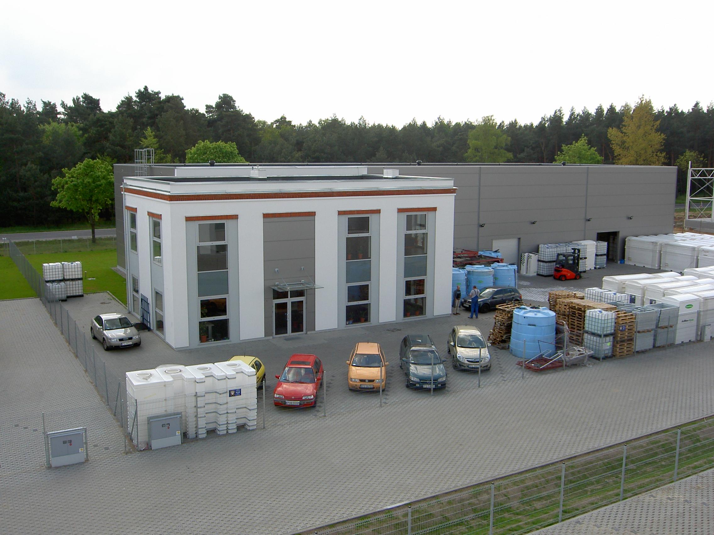 Park przemysłowy zagospodarowany obiektami biurowo-magazynowymi wraz infrastrukturą Jakon Sierosław Widok z lotu ptaka Parking