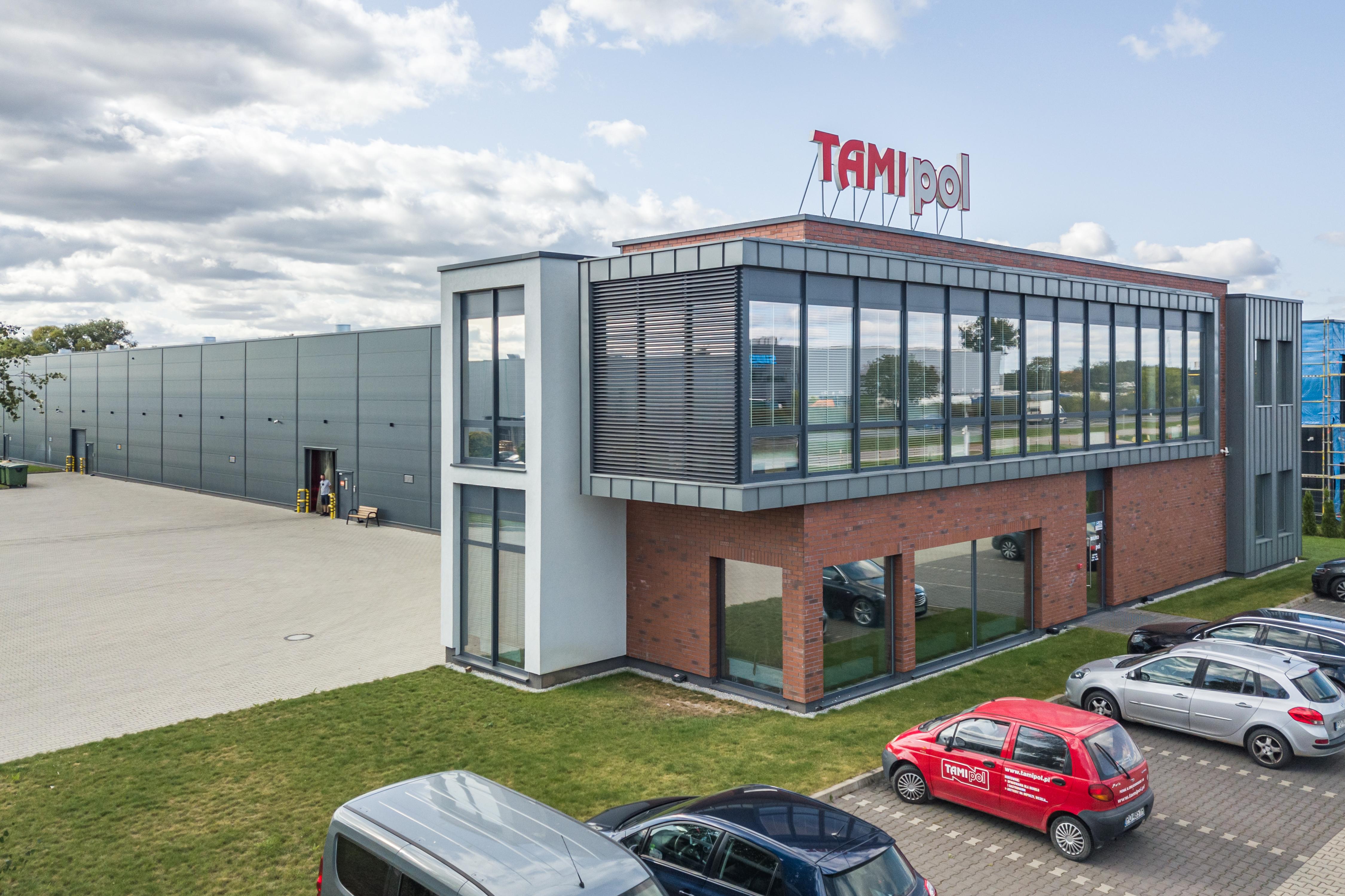 Budynek magazynowy z częścią administracyjną M S Budownictwo Sp. z o. o. sp. k. Tarnowo Podgórne Widok z lotu ptaka Parking